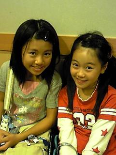 『くら寿司』で待つ姉妹